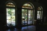 Rezydencja - dwór, schowana w lesie w Rogalińskiej Dolinie Warty