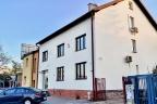 Budynek biurowy przy głównej ulicy w Warszawie w Wilanowie