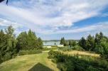 Przestronny domek z widokiem na jezioro .
